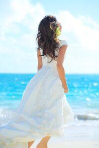 ラニカイビーチを走る後ろ姿の新婦